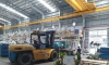 Xe nâng Đông Đô thực hiện tháo, dỡ di chuyển máy vào xưởng tại KCN Yên Phong