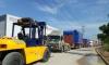 Xe nâng thực hiện dỡ máy từ cont đưa vào xưởng tại KCN Nhơn Trạch, Đồng Nai
