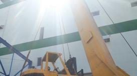 Xe nâng Đông Đô thực hiện cẩu máy lên tầng 2, di chuyển vào trong nhà xưởng tại KCN Nhơn Trạch, Đồng Nai