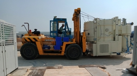 Xe nâng Đông Đô thực hiện di chuyển, đưa máy vào vị trí theo yêu cầu tại KCN Cao Quận 9. Hồ Chí Minh
